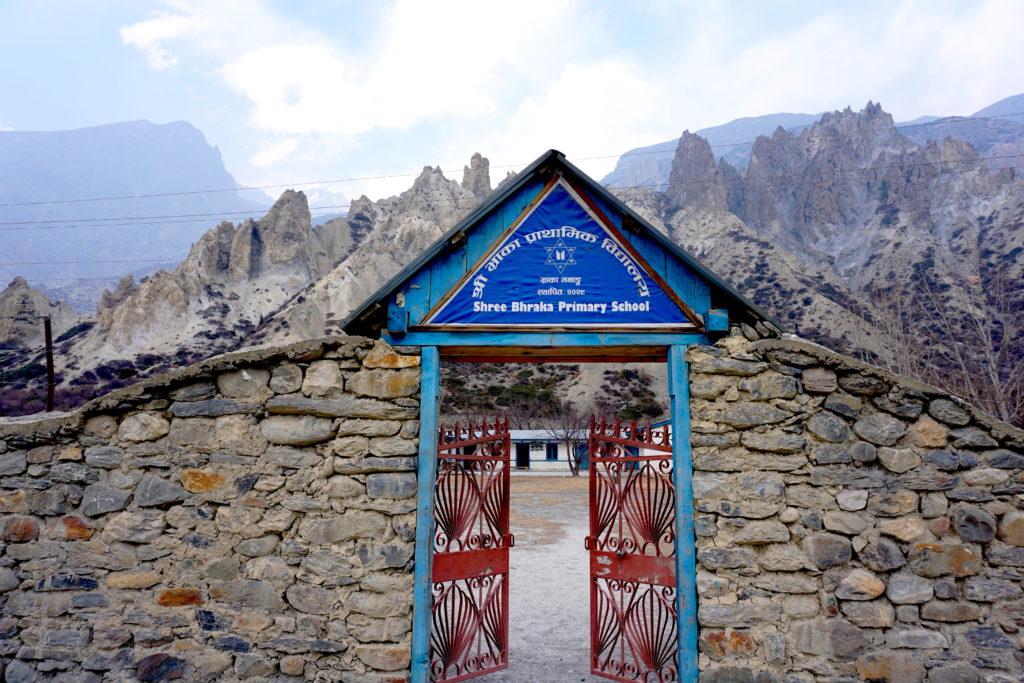 Brama szkoły Nepal Himalaje
