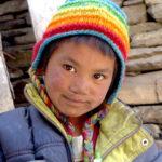 Mały Nepalczyk w kolorowej czapce