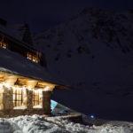 schronisko w dolinie pięciu stawów zimą nocą